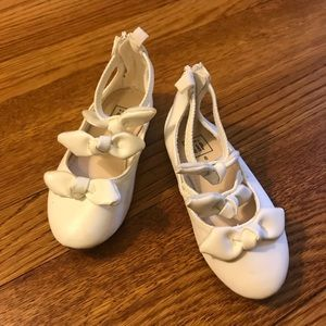 White strappy bow GAP dress shoes 8T